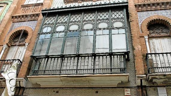 Apenas 40 metros separan en el centro de Huelva dos ejemplos destacados de arquitectura regionalista