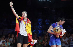 Carolina Marín llora en el podio tras proclamarse campeona del mundo de bádminton. / Foto: bwfbadminton.org.
