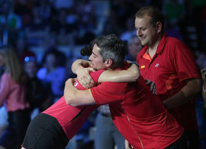 Carolina se abraza a su técnico Fernando Rivas, otra de las piedras angulares del éxito. / Foto: Badminton Photo.