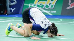 Carolina Marín besa la pista tras ganar el Mundial.