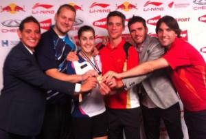 Carolina posa con la medalla de oro junto a los técnicos y federativos. / Foto: @Bad_Esp.