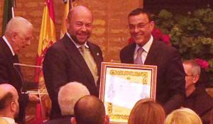 Pablo Comas, presidente del Recre, recibe la Medalla de Honor de manos de Ignacio Caraballo, presidente de la Diputación Provincial.