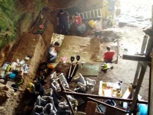 Investigando en el interior de la cueva.