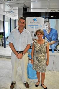 En la foto vemos, celebrando el acuerdo, a los directores de ambos centros Eva Rodríguez (La Caixa) y Emilio Senra (Residencia). / Foto: José Miguel Jiménez.