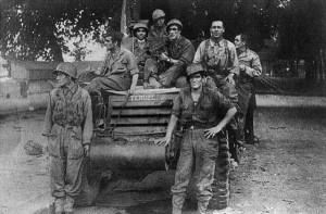 Dotación del Teruel. Sentado en el morro del vehículo, a la izquierda y con gorro, está el sargento Antonio Llordén (Col. Juan Mario Rey).