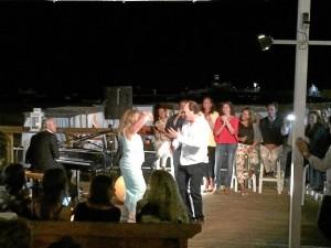 Carmen Pareja-Obregón al baile de sevillanas con Ernesto Serrano, anfitrión de los artistas en el Horizontal Beach Club