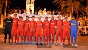 La foto oficial de La Palma CF tuvo como marco la plaza de España, con la iglesia de San Juan Bautista detrás como testigo.