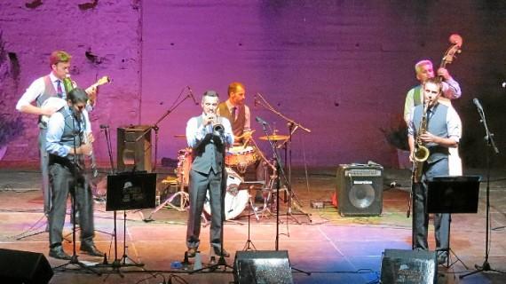 Casi 400 personas disfrutan en Moguer con la Potato head jazz band