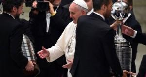 El Papa, en su recepción al San Lorenzo de Almagro, del que es seguidor, tras conquistar la Copa Libertadores. / Foto: www.sanlorenzo.com.ar.