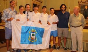 Remesal obsequió a los jugadores con una bandera de Huelva para esta cita.