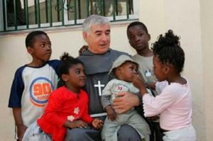 Padre Isidoro Macías con niños inmigrantes./ Foto: www.elmundo.es