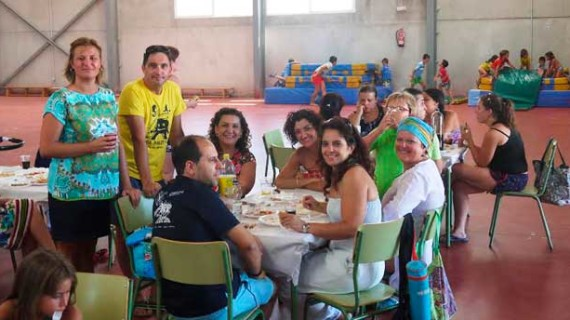 Almuerzo de convivencia entre los padres y los niños del campamento de verano de San Juan