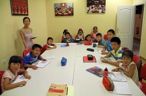 Clases de chino para niños inmigrantes chinos en el Centro Hipánico Asiático.