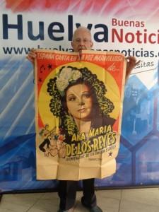 Francisco sosteniendo el cartel del debut de Ana María en México.