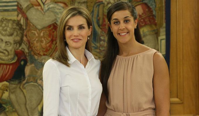 La Reina doña Letizia junto a Carolina Marín. / Foto: www.casareal.es.