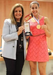 La Ministra Fátima Báñez entrega la Medalla de Bronce al Mérito Deportivo a Carolina Marín. / Foto: CSD.