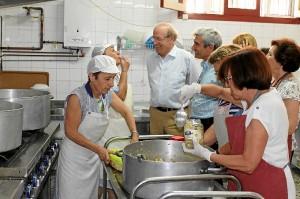 El alcalde de Huelva durante su visita al comedor Virgen de la Cinta.