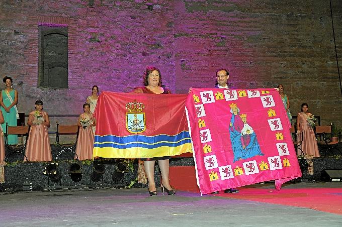 La alcaldesa de Niebla, Laura Pichardo y el alcalde de Sanlúcar, Víctor Mora, durante el acto de hermanamiento.