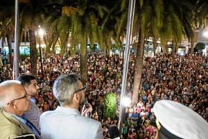 El alcalde de Ayamonte dirigiéndose al pueblo. / Foto: Javier Losa.