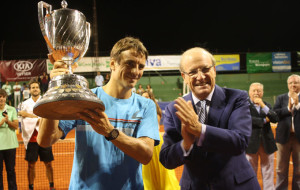 Tommy Robredo, con la Copa de Rey de tenis.