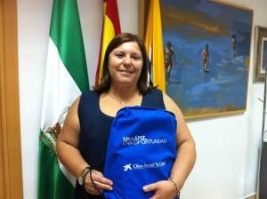 La teniente alcalde, Carmen Cárdenas, con una de las mochilas.