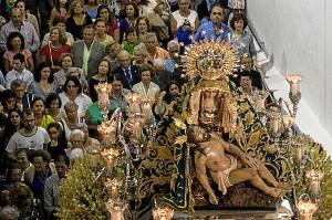 La Virgen de las Angustias, saliendo de su parroquia