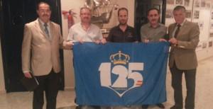 El Recre entregó la bandera del 125 Aniversario a las autoridades de Nerva. / Foto: www.recreativohuelva.com.