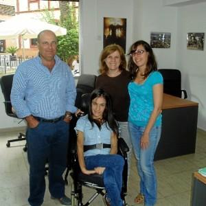 Lorena junto a su madre en la sede de Huelva Buenas Noticias.