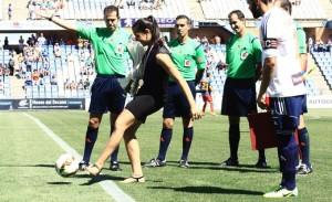 Carolina Marín, la campeona del mundo de bádminton, hizo el saque de honor. / Foto: Josele Ruiz.