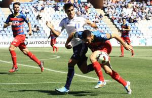 Dimas, muy combabtivo todo el partido, pugna con un rival por la pelota. / Foto: Josele Ruiz.