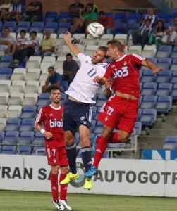 Rubén Mesa pugna por un balón con un rival. / Foto: Josele Ruiz.
