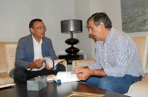 El presidente de la Diputación, Ignacio Caraballo, junto al presidente del Consejo Económico Social de la provincia de Huelva, CESpH, Juan José García del Hoyo.