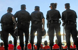 El detenido se hacía pasar por policía enseñando una placa.