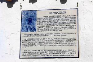 El azulejo conmemorativo del hallazgo del túnel.