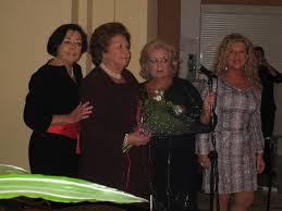 Cinta Almoguera, con ramo de flores, en un reconocimiento por su labor a favor de la mujer. / Foto: FOE.