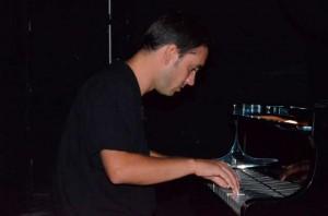 En su faceta de músico. / Foto: José Luis Rúa.