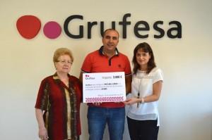 De izquierda a derecha, la presidenta de AFAME, Elvira Rasco; el gerente de Grufesa, Carlos Cumbreras; y una trabajadora social del centro, Gema Fernández.