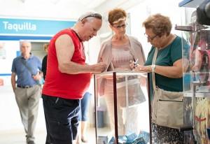 Visitantes de las Grutas de las Maravillas participan en el sorteo del jamón de Huelva 'Summum'.