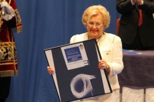 Pepita Muriel, con la Medalla de Huelva.