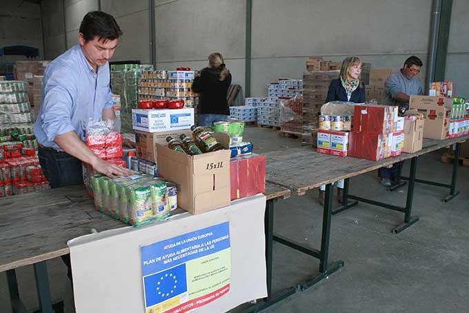Cruz Roja reparte alimentos entre las familias más necesitadas de la localidad.