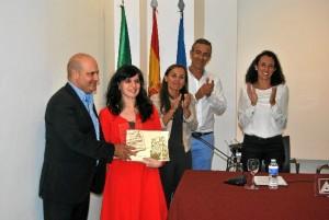 El director de HBN, Ramón Fernández Beviá, y la periodista Maripaz Díaz, recibiendo el premio.