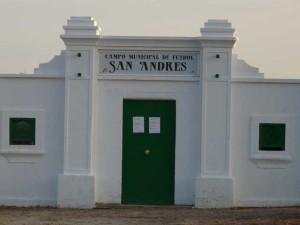 Fachada del campo de fútbol de Corrales.