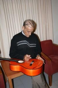 El Niño Miguel, firmando la guitarra.