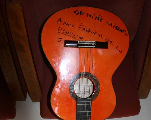 La guitarra donada por el Niño Miguel.