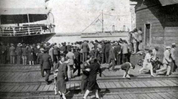 Recibimiento a los aviadores del Plus Ultra desde el Muelle Sur en los años veinte del siglo XX