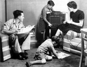 La radio pronto comenzó a formar parte de la vida cotidiana de los españoles. / Foto: mediateletipos.net.