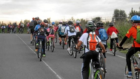 Los más pequeños disfrutan del 'Día de la Bicicleta' en Las Cumbres de Cartaya
