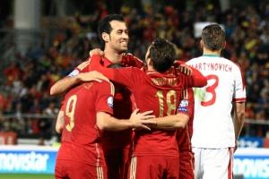 Los jugadores de España celebran con Busquets el tanto que logró. / Foto: Josele Ruiz.