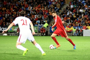 Piqué, en un lance del partido ante los bielorrusos. / Foto: Josele Ruiz.