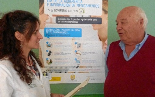 Farmacéuticos de los hospitales de Huelva informan a los pacientes sobre cómo tomar sus tratamientos